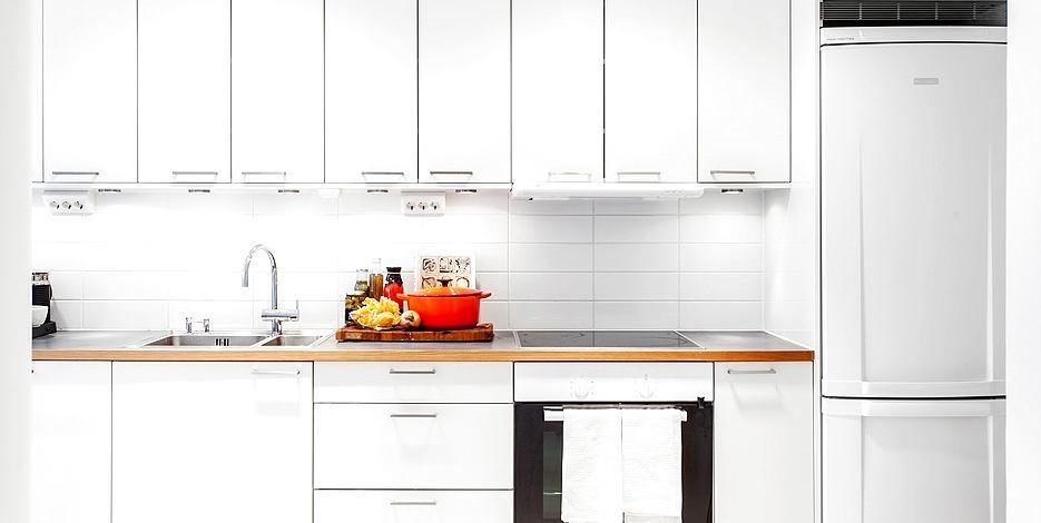 Кухня в цветах: желтый, черный, серый, светло-серый. Кухня в стиле скандинавский стиль.