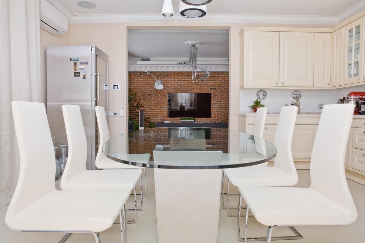 Кухня в цветах: серый, белый, коричневый. Кухня в стиле классика.