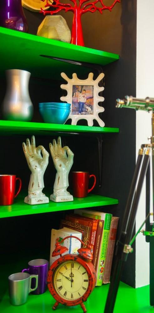 Декор в цветах: серый, светло-серый, белый, темно-зеленый, темно-коричневый. Декор в стиле поп-арт.
