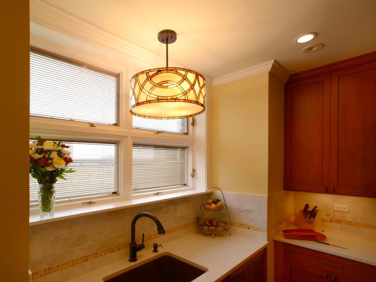 Кухня в цветах: желтый, белый, бордовый, лимонный, коричневый. Кухня в стиле классика.