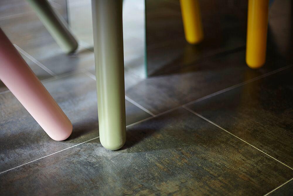 Мебель и предметы интерьера в цветах: черный, серый, светло-серый, темно-зеленый, бежевый. Мебель и предметы интерьера в стиле эклектика.