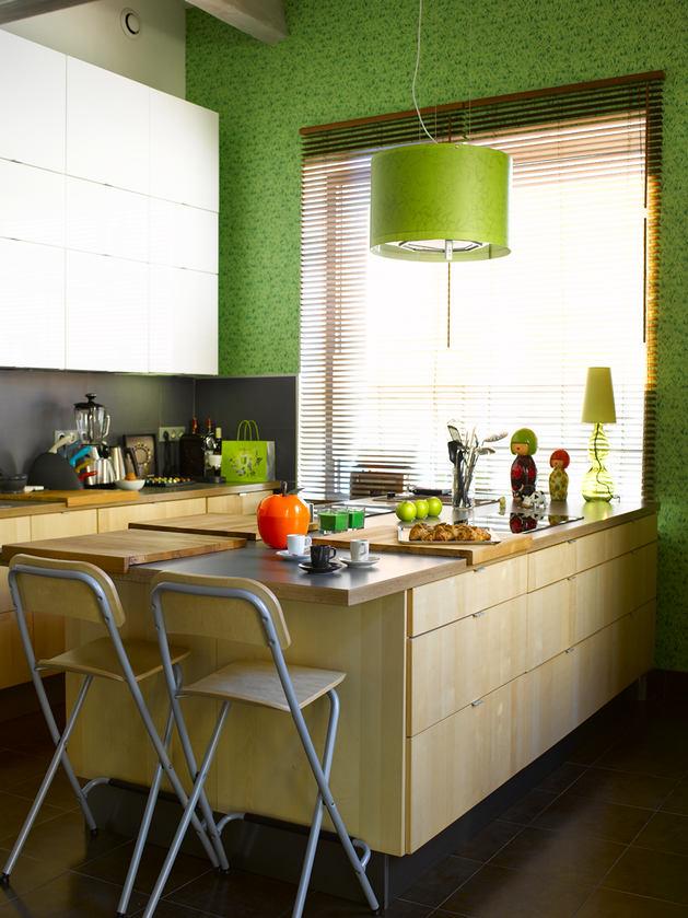 Кухня в цветах: темно-зеленый, бежевый. Кухня в стиле минимализм.