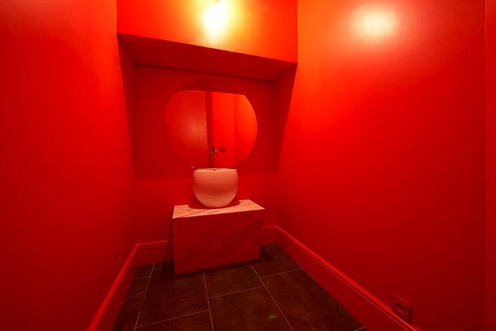 Мебель и предметы интерьера в цветах: красный, бордовый, темно-коричневый. Мебель и предметы интерьера в стиле эклектика.