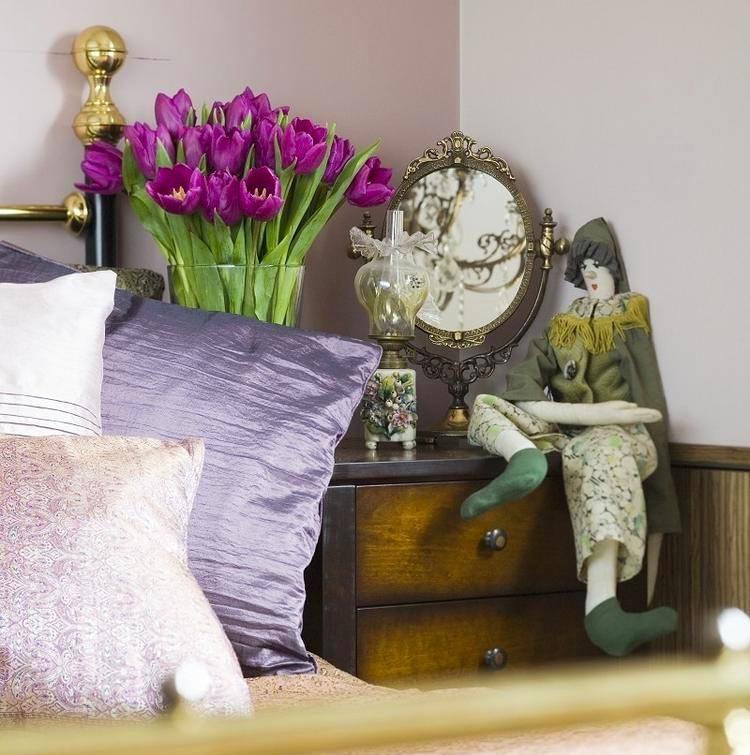 Спальня в цветах: серый, белый, темно-зеленый. Спальня в стилях: эклектика.
